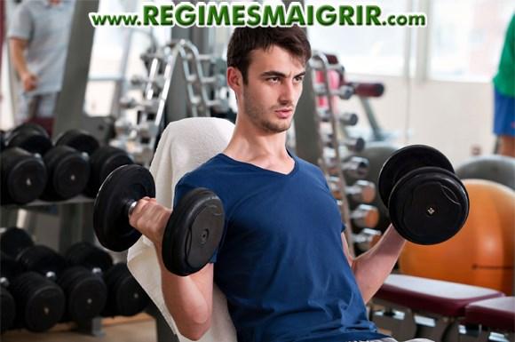 Un mec mince fait de la musculation pour prendre de la masse