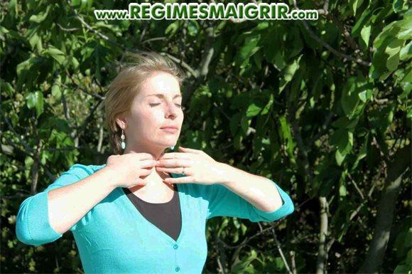 Une femme se détend en posant deux mains autour du cou