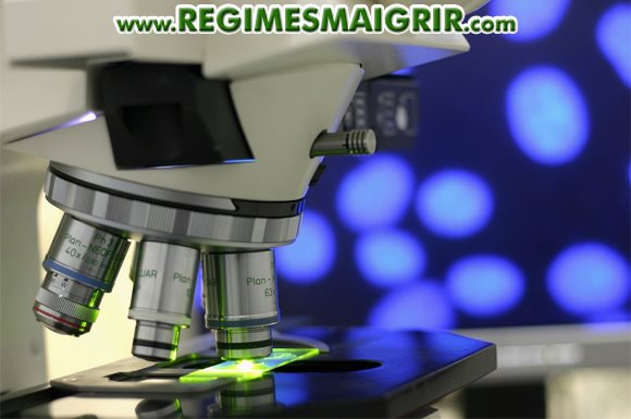 Un microscope dans un laboratoire de recherche