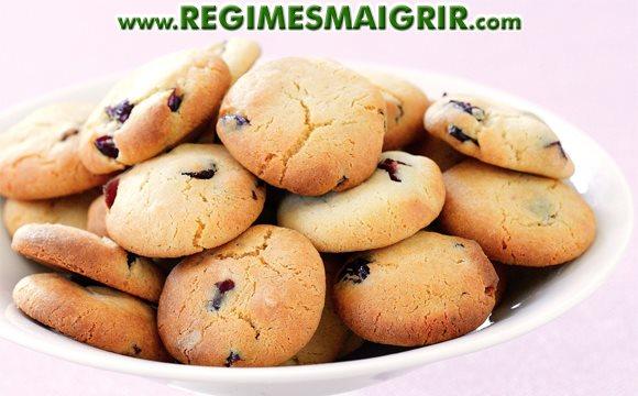 Une assiette remplie de biscuits