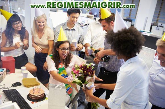 On mange souvent des gâteaux lors des anniversaires organisés sur le lieu de travail