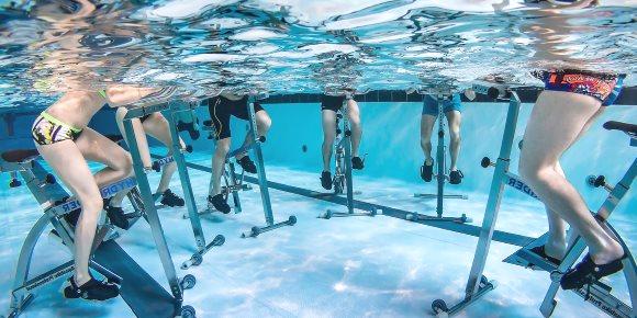Vue sous l'eau sur les pratiquants de l'aquacycling