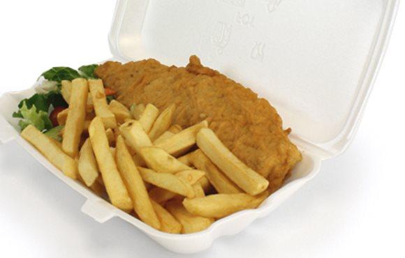 Une boîte à emporter en polystyrène contenant du poisson et des frites