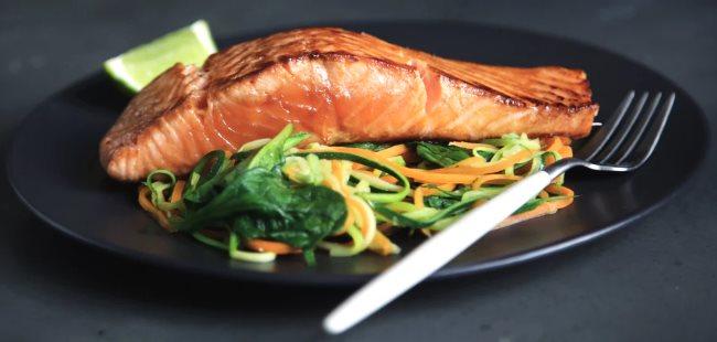 Assiette de saumon sauté avec des légumes