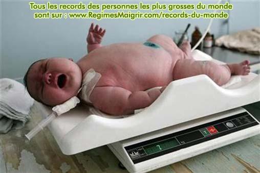 Nadia Khalina, le plus gros bébé du monde, à la pesée (7,75 kilogrammes)