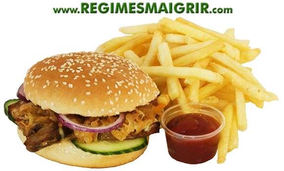 La malbouffe vendue dans les restaurants fast foods constitue un exemple d'aliments frits à consommer le moins possible