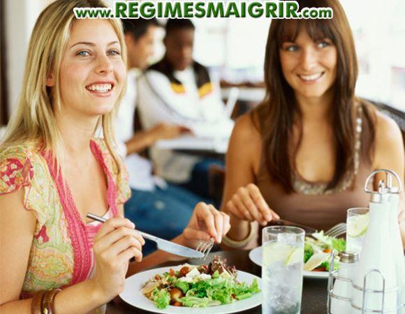 2 femmes prennent un repas sain ensemble en souriant