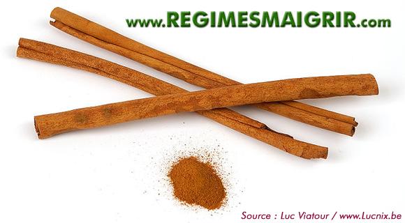 Quelques bâtons (tuyaux) et de la poudre de cannelle