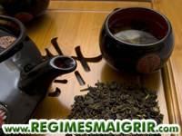 Plateau de service de thé noir avec théière et tasses