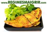 Omelette croquante et farcie servie avec des légumes frais, un plat célèbre de la cuisine vietnamienne