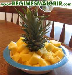 Une assiette contenant de l'ananas coupé en dés