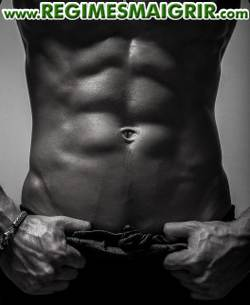 Une tablette de chocolat bien visible sur les muscles abdominaux d'un homme