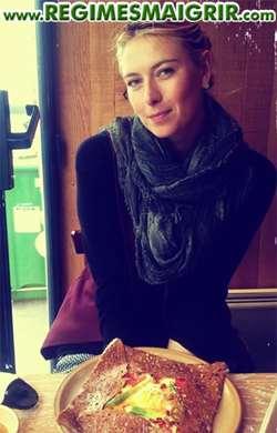 Maria Sharapova en train de déjeuner à table quelques heures avant un match de tennis