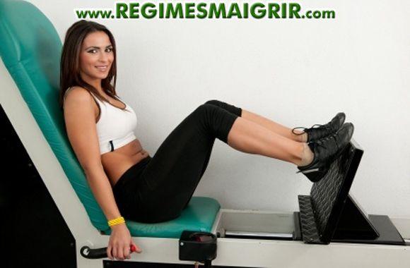 Une femme est en train de faire du sport pour créer un déficit calorique et garder la santé
