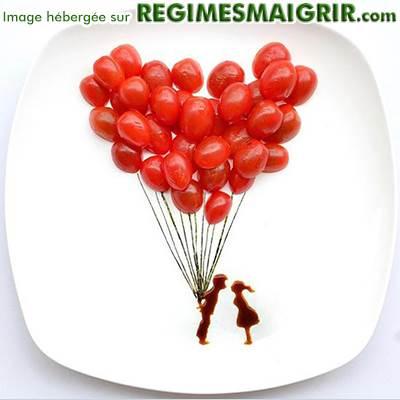 Des ballons en canneberges avec un couple dessiné en chocolat