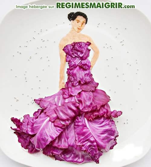 Une belle femme porte une jolie robe faite de feuilles de chou