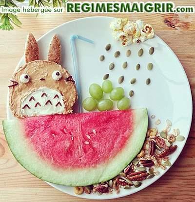 Un lapin prend une douche dans une pastèque