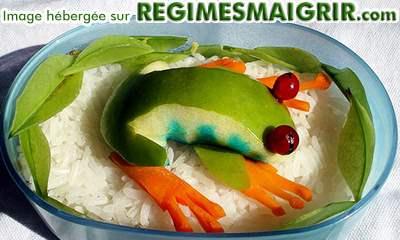 Une grenouille faite d'une pomme et des morceaux de carotte
