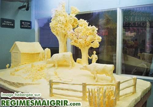 Scullpture d'une ferme dans un bloc de beurre