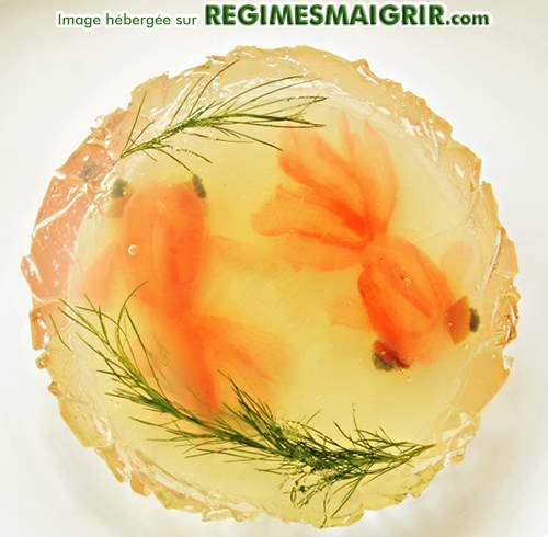 2 poissons rouges japonais faits de gingembre en train de nager au fond d'une assiette