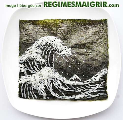 Vague géante faite de grains de riz sur une feuille de Nori