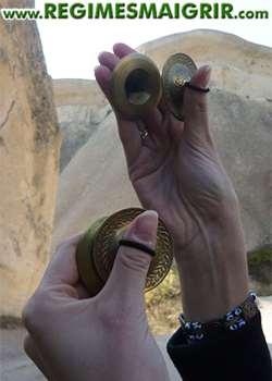 Les sagattes sont des petites cymbales placées entre les doigts