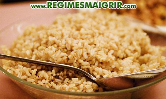 Un bol de riz brun cuit