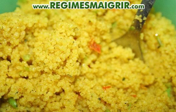 Gros plan sur des grains de couscous
