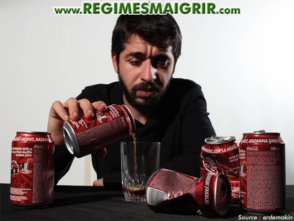 Un homme souffrant d'une addiction à la boisson de marque Coca-Cola