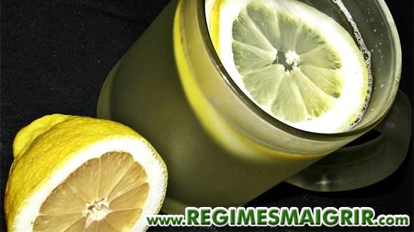 Un verre d'eau chaude ou tiède dans lequel vous aurez mis le jus d'un demi-citron pressé est parfait pour démarrer la journée