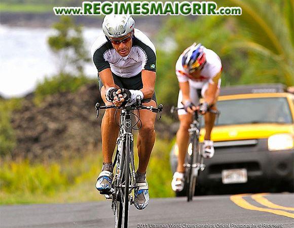 Coureurs de cyclisme en train de faire l'effort sur la route