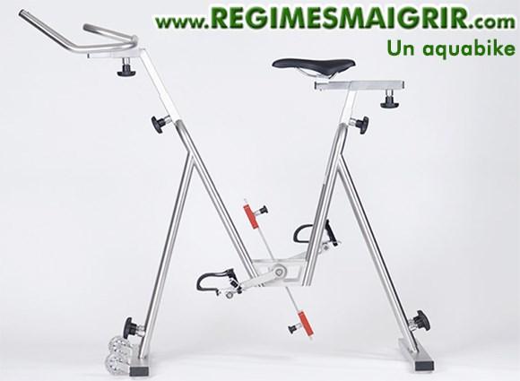 L'aquabike est différent du vélo classique puisqu'il est fait pour être pédalé dans l'eau