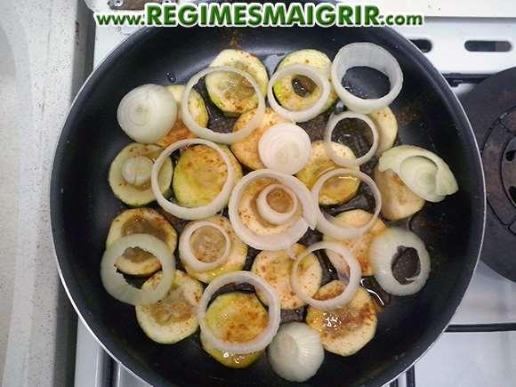Recette légère à base de courgettes coupées en tranches avec des oignons et de l'huile d'olive le tout épicé avec du curry