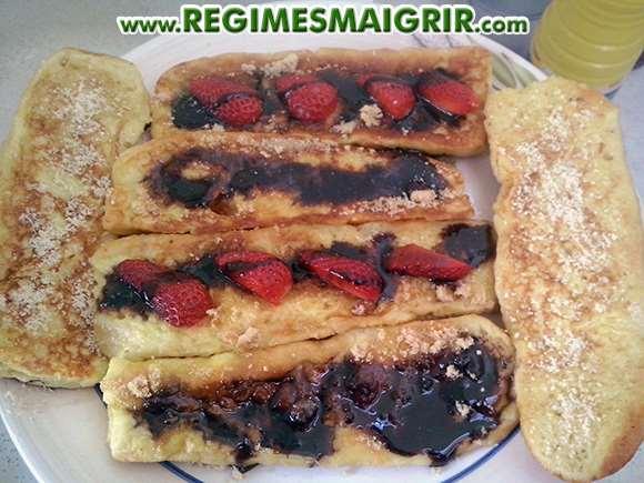Dessert à base de pain perdu et fraises et confiture