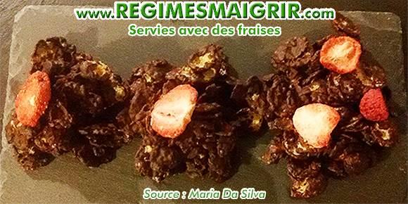 Les pétales de maïs enrobées de chocolat fait maison est un plat gourmand et sain à prendre au petit-déj