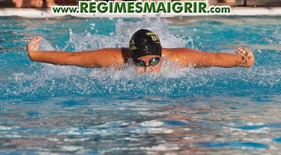Un adulte pratique de la natation dans une piscine municipale
