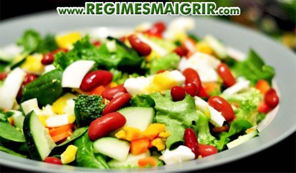 Une salade de légumes avec œufs durs