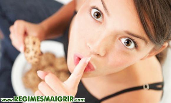 Une jeune femme est en train de s'alimenter en secret