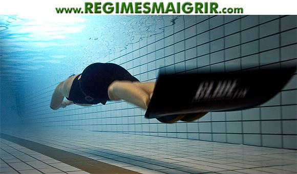 Nager avec les palmes en faisant des mouvements de grande amplitude aide à travailler les cuisses davantage