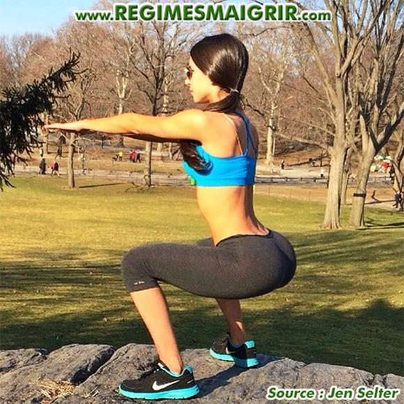 Jen Selter fait une démonstration de flexion sur jambes un matin dans un parc
