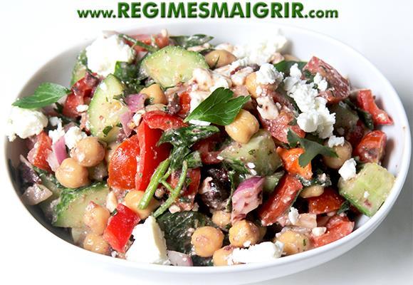 Salade grecque avec des pois chiches