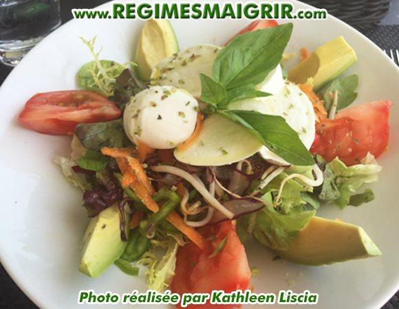 Une assiette de salade fraîche joliment préparée