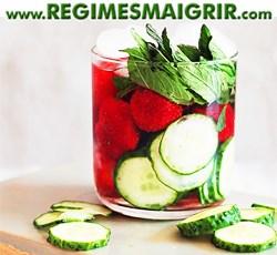 Breuvage contenant du concombre, des fraises et des feuilles de menthe