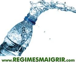 De l'eau gicle d'une bouteille minérale