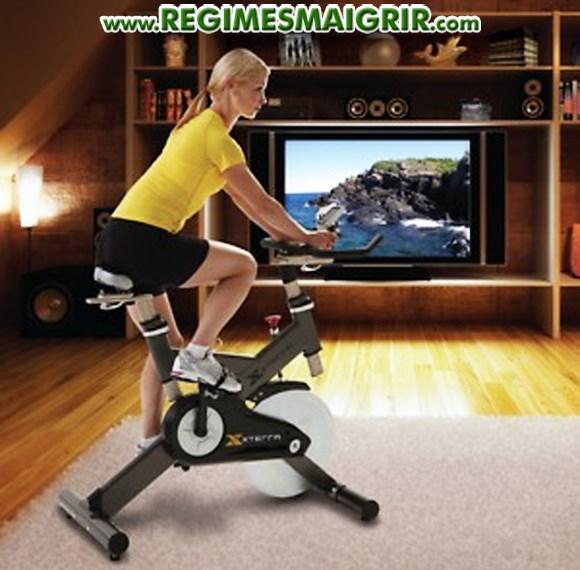 Vous pouvez aisément faire du vélo d'appartement devant une télévision pour casser la monotonie