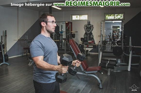 Le coach Benjamin Hennequin fait un entraînement avec deux haltères dans ses mains