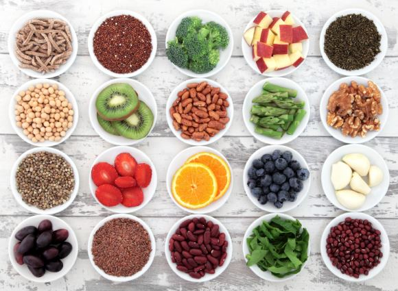 Des assiettes de fruits et légumes disposées sur une table