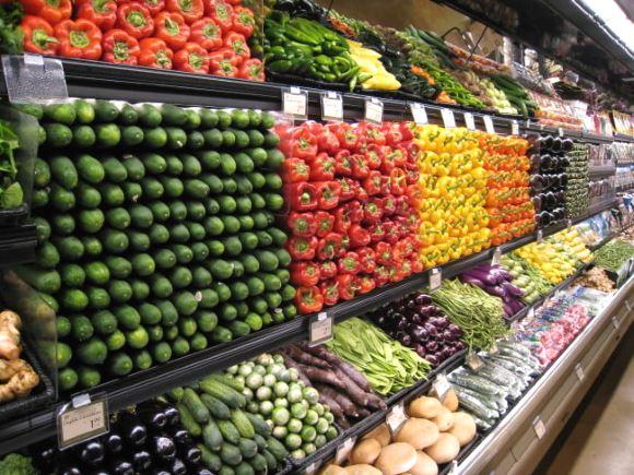 Des aliments entiers disposés dans un rayon de supermarché