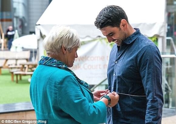 Une femme fait faire le test de la ficelle à un homme