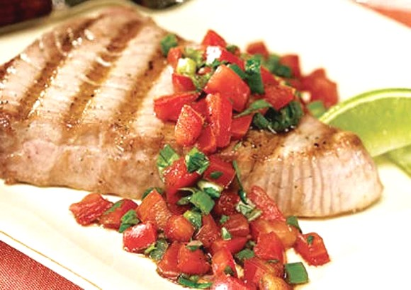 Steak de thon grillé avec de la salsa fraîche